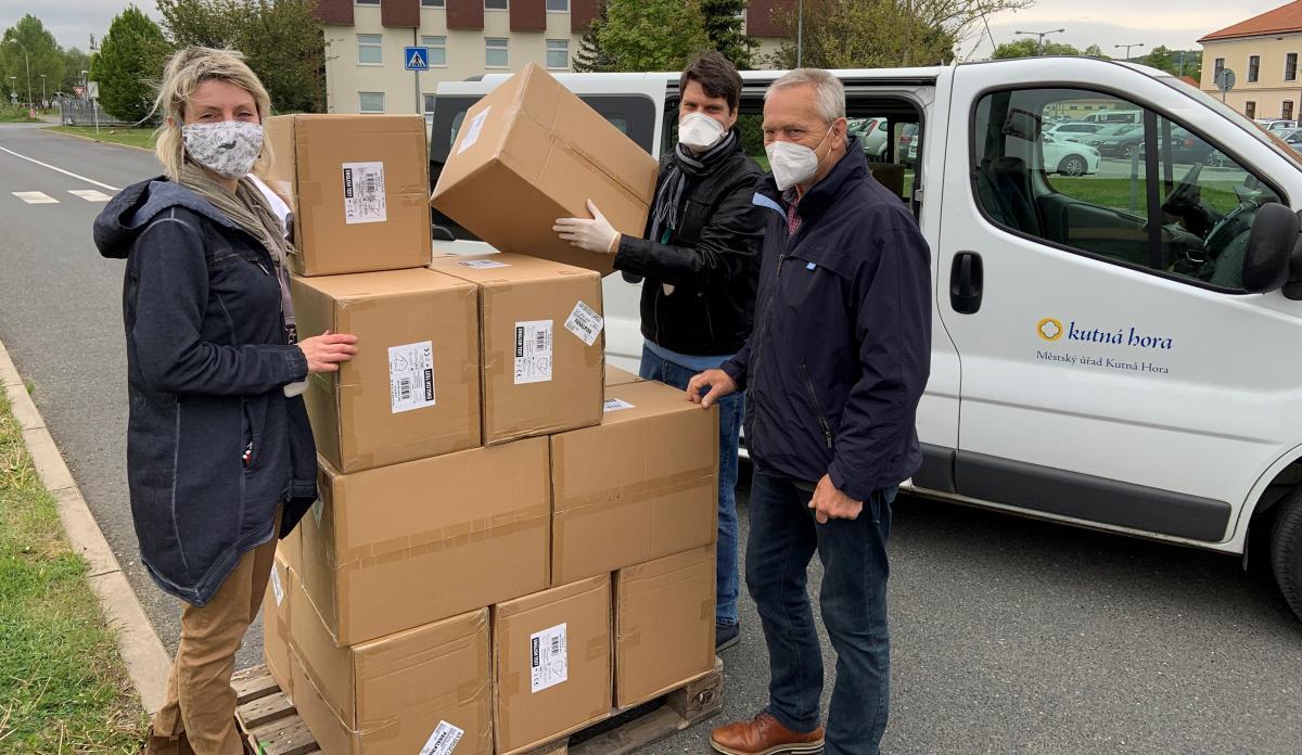 Darovali jsme stovky litrů dezinfekce, přes 200 000 roušek a generátory ozonu
